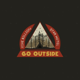 Projeto de ilustração do emblema de mountain camping.