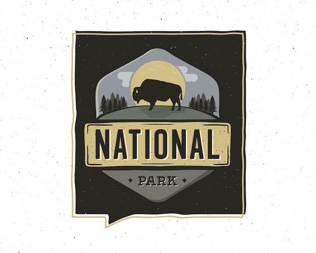 Projeto de ilustração vintage aventura distintivo. logotipo ao ar livre com texto do parque nacional. búfalo retro incluído. patch de estilo incomum de hipster.