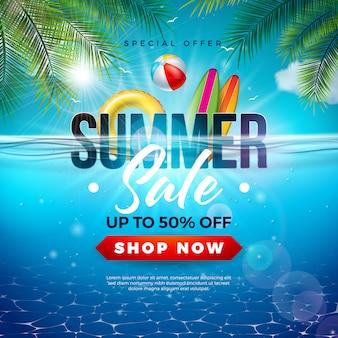 Projeto de venda de verão com bola de praia e folhas de palmeira exóticas no fundo do oceano azul