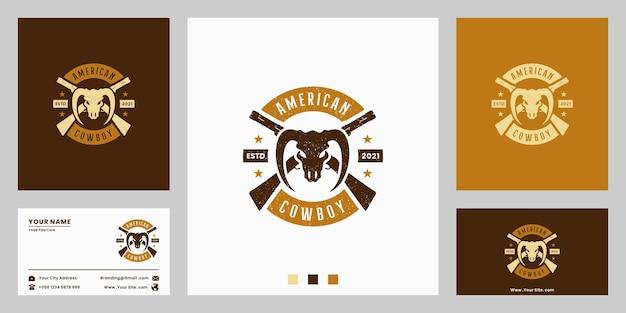 Projeto do logotipo do distintivo de cowboy americano do oeste selvagem. com arma e longhorn