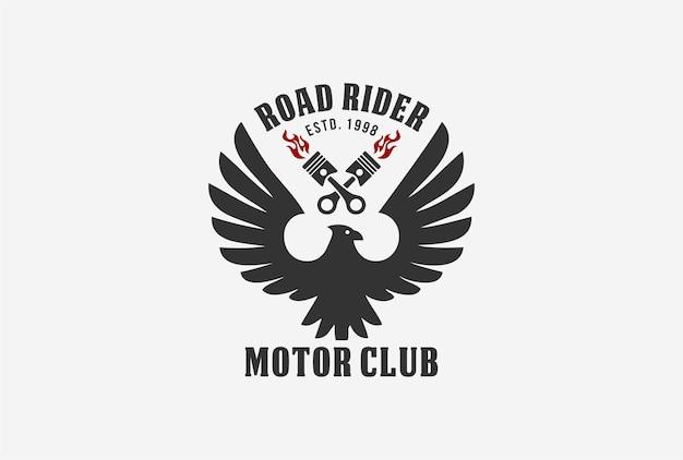 Projeto do logotipo do emblema do motociclista com elemento de águia e pistão.