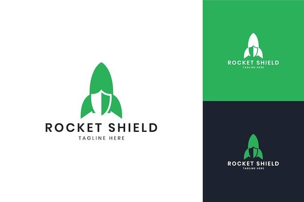 Projeto do logotipo do espaço negativo do escudo do foguete