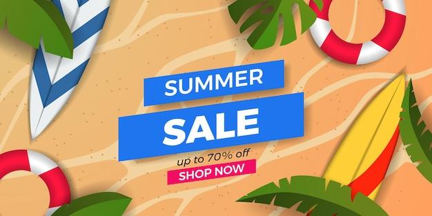 Promoção de banner de oferta de liquidação de verão com folhas tropicais com prancha de surf e areia