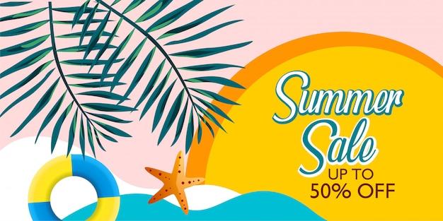 Promoção de banner de venda de verão com folha de palmeira e praia