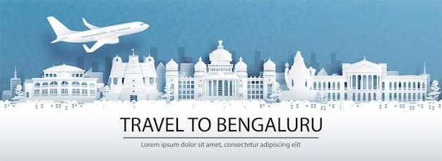 Publicidade de viagens com viagens para o conceito de bengaluru, índia, com vista panorâmica do horizonte da cidade e marcos mundialmente famosos no estilo de corte de papel.