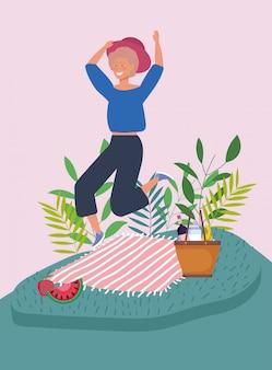 Pulando mulher cobertor cesta frutas piquenique plantas