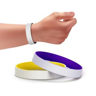 Pulseiras de borracha em branco coloridas e pulseira na mão
