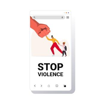 Punho grande ameaça mulher e mãe bebê protege a criança do perigo impede violência doméstica e agressão tela do smartphone