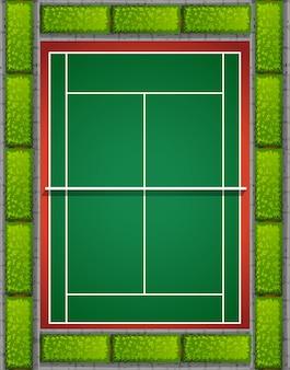 Quadra de tênis com arbustos ao redor