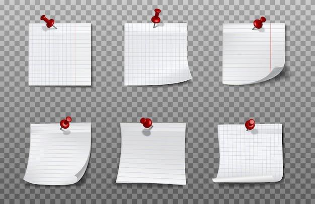 Quadrados de papel branco para anotações fixadas na parede com alfinetes de papel vermelhos.