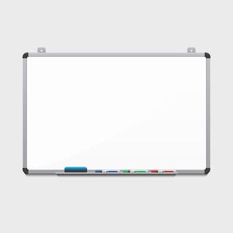 Quadro branco em branco com marcadores coloridos. outdoor e negócios, educação e espaço vazio