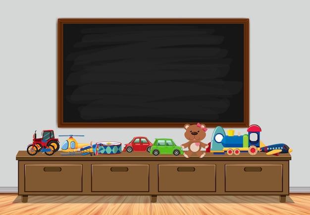 Quadro com placa e brinquedos