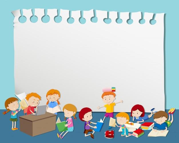 Quadro em branco com as crianças a ler e estudar