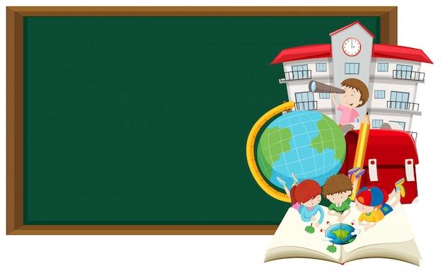 Quadro-negro e crianças aprendendo na escola