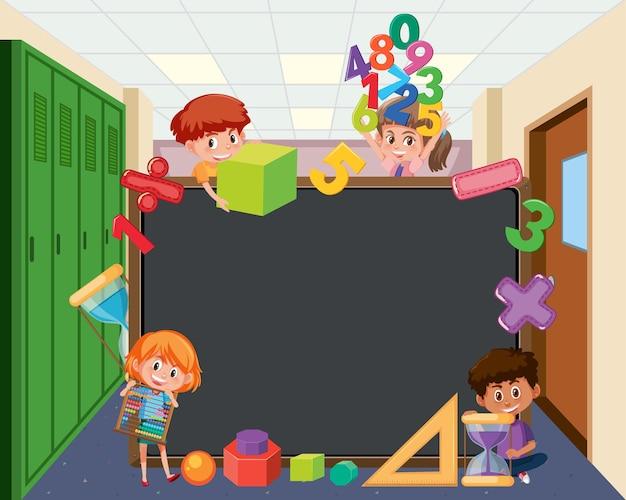 Quadro-negro vazio com alunos e objetos matemáticos