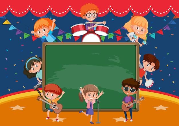 Quadro-negro vazio com crianças tocando diferentes instrumentos musicais