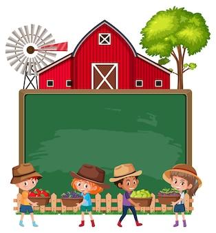 Quadro-negro vazio com filhos de fazendeiros e celeiro