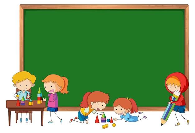 Quadro-negro vazio com muitas crianças doodle personagem de desenho animado isolado