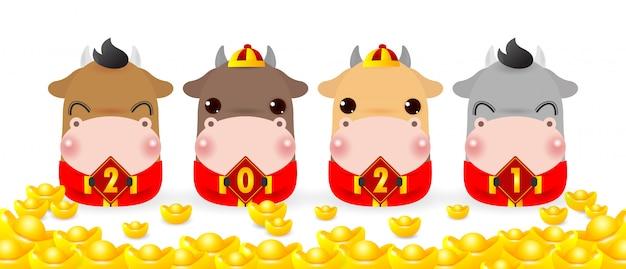 Quatro bois pequenos segurando uma placa com ouro chinês, feliz ano novo 2021, ano do zodíaco dos ratos