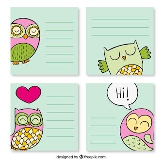 Quatro cartões com corujas encantador desenhado mão