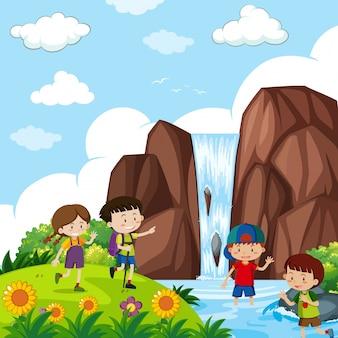 Quatro crianças pela cachoeira