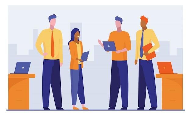 Quatro empresários discutindo projeto