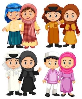 Quatro par de crianças muçulmanas em trajes tradicionais