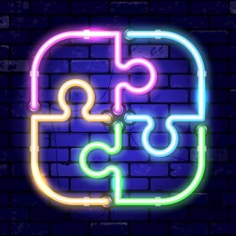Quebra-cabeça de néon da tabuleta. trabalho em equipe do conceito, colaboração. quadro indicador de noite brilhante no sinal da parede de tijolos. ícone de néon realista