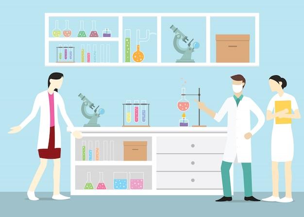 Químico de equipe de laboratório no laboratório com algumas ferramentas