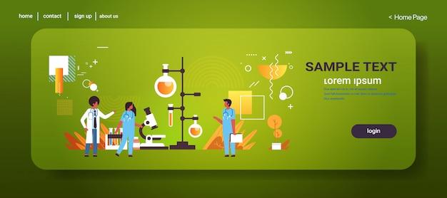 Químicos usando amostra biológica de coronavírus do microscópio para análise em epidemia de laboratório mers-cov wuhan 2019-ncov pandemia de risco médico à saúde espaço para cópia comprimento total horizontal