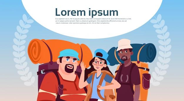 Raça de mistura do grupo de viajantes com mochilas jovem feliz na caminhada