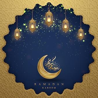 Ramadan kareem com caligrafia árabe, lanternas douradas e lua.