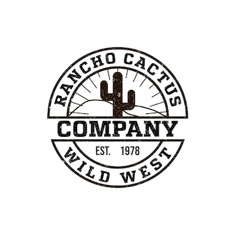 Rancho de logotipo redondo com a foto de um cacto. estilo vintage, fundo gasto, cores monocromáticas. o emblema do oeste selvagem