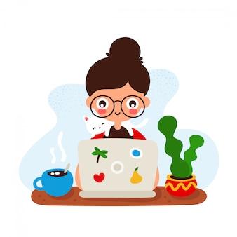 Rapariga de sorriso feliz bonito em uma mesa com um laptop e um gato.