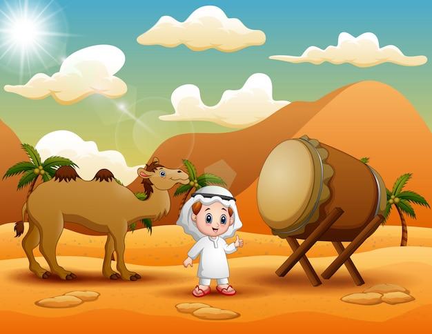 Rapaz árabe com camelo está comemorando eid mubarak