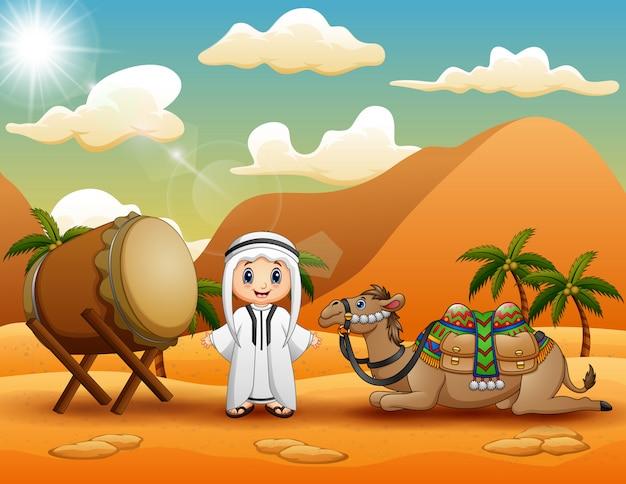 Rapaz árabe com camelo na paisagem do deserto