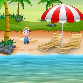 Rapaz bonito dos desenhos animados no maiô segurando uma prancha de surf