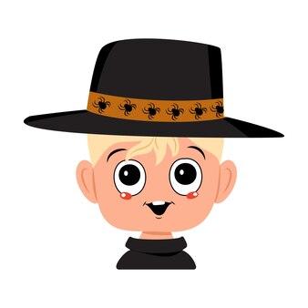 Rapaz com cabelo loiro, olhos grandes e um sorriso largo e feliz num chapéu de aranha. a cabeça da criança com rosto alegre. decoração de festa de halloween
