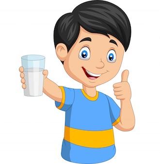 Rapaz pequeno dos desenhos animados com um copo de leite dando o polegar para cima