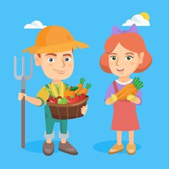 Rapaz pequeno e menina que guardam frutas e legumes.