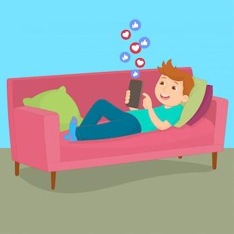 Rapaz relaxado e deitado no sofá