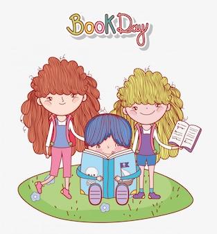 Rapaz sentado com livro e menina em pé no desenho de grama