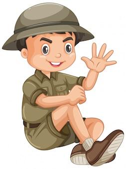 Rapaz vestindo roupa de safari em branco