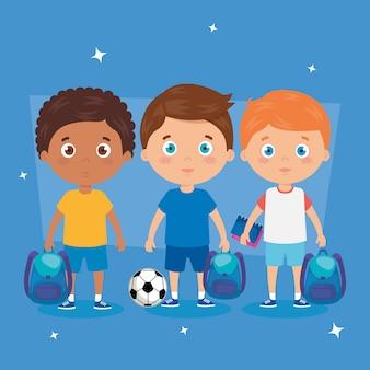 Rapazes com mochilas escolares e bola de futebol