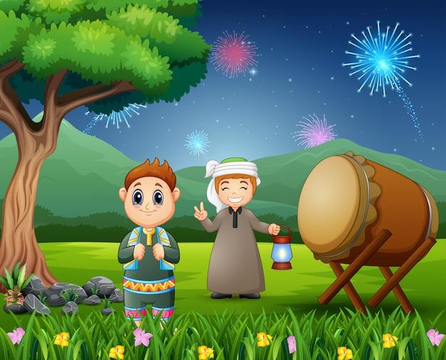 Rapazes islâmicos segurando a lanterna para celebrações do eid mubarak