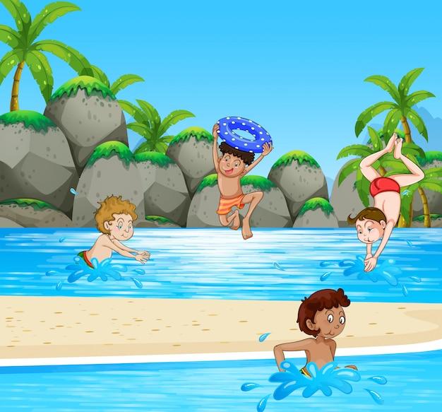 Rapazes se divertindo na praia