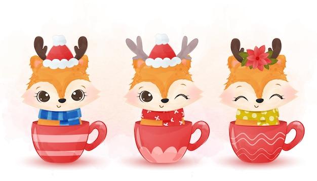 Raposas fofas com chapéu de natal sentadas na xícara