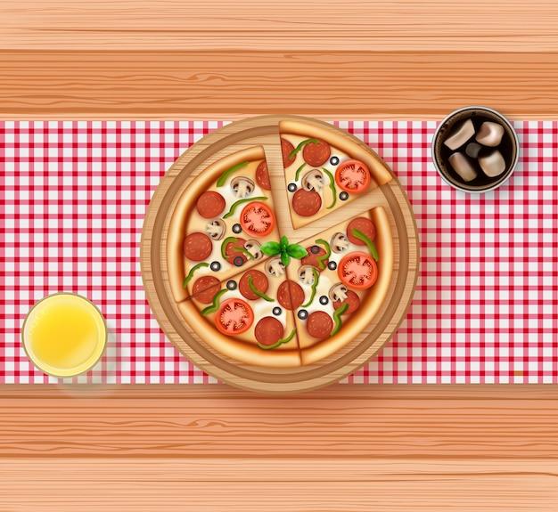Realista de pizza, suco de laranja e coca-cola na mesa de madeira