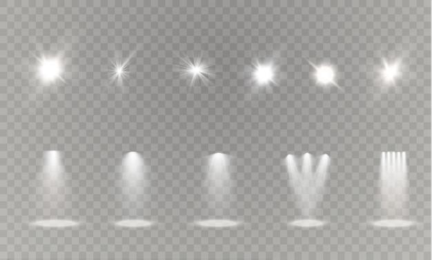 Realistas brancos brancos brilhantes holofotes sobre fundo transparente colocado. estúdio de teatro, iluminação de cena. efeitos de luz mágicos, brilhantes e gradientes.