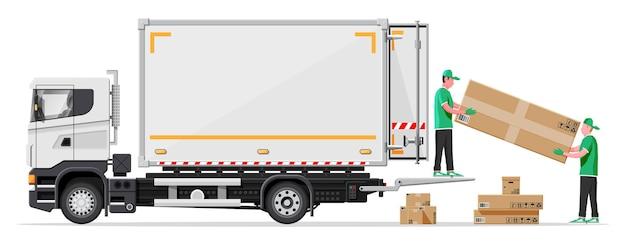 Reboque de caminhão carregado com caixas de papelão por carregadores
